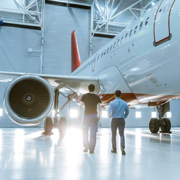 Zwei Männer vor einem Flugzeug