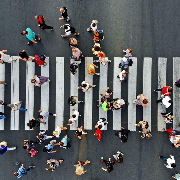 Menschen laufen über die Straße