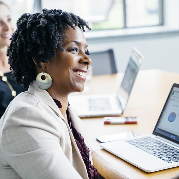 Cross Mentoring Diversity Karriere, Frau vor Laptop