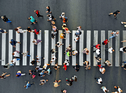 Menschen überqueeren die Straße